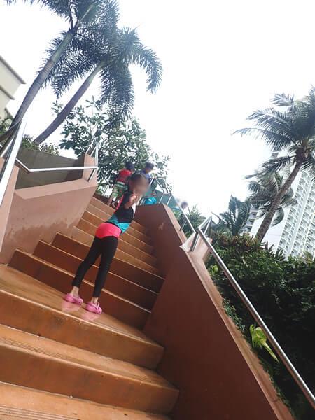 アウトリガーグアムのプールのウォータースライダーの階段