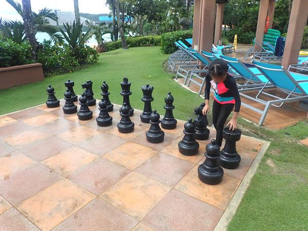 巨大チェスと娘