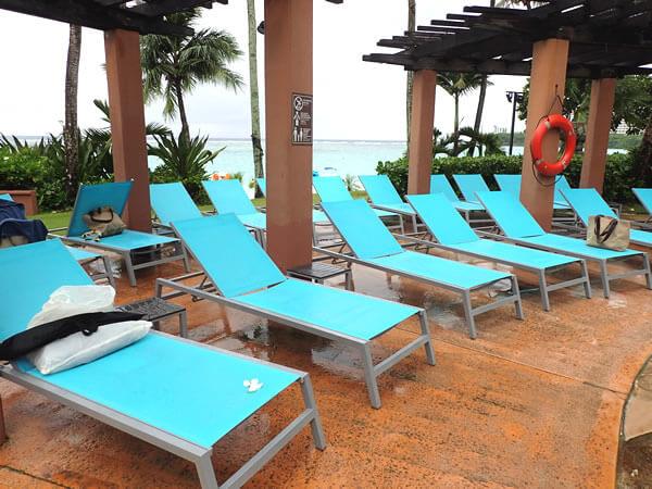 アウトリガーグアムのプールサイドのビーチチェア