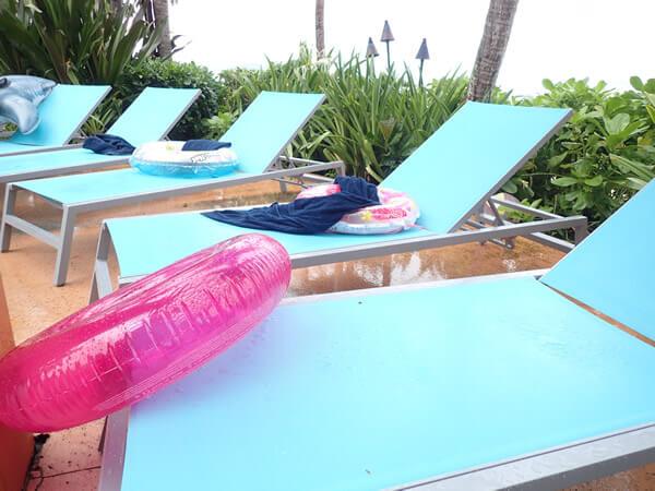 アウトリガーグアムのプールのビーチチェア