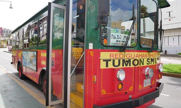 赤いシャトルバス
