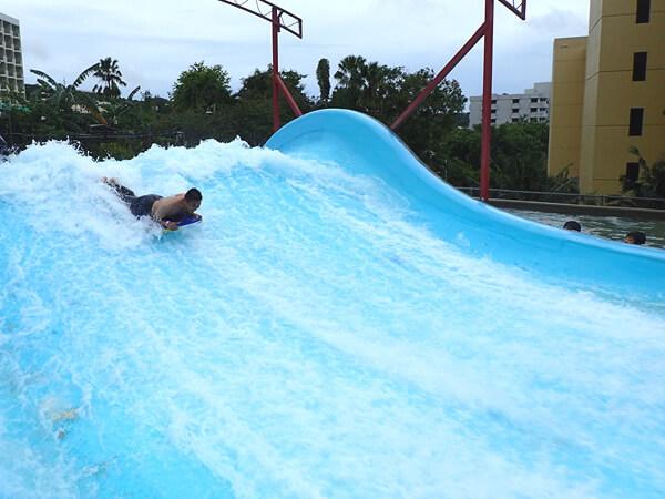 ターザウォーターパークのサーフィンのアトラクション