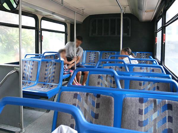 赤いシャトルバス 車内