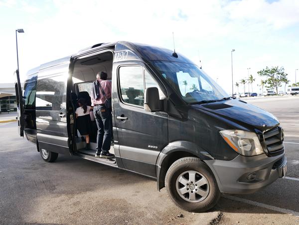 レオパレスリゾートグアムの送迎車