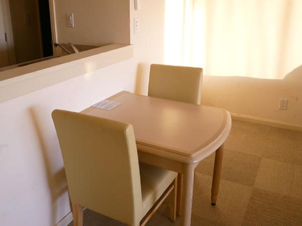 レオパレスリゾートグアム ツインルームダイニングテーブル
