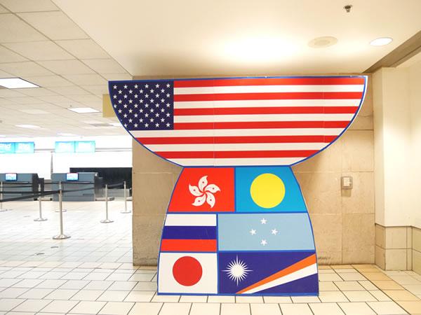 グアム空港のラッテストーン型国旗