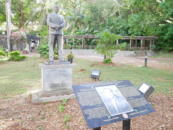 ラッテストーン公園 サントス議員の像