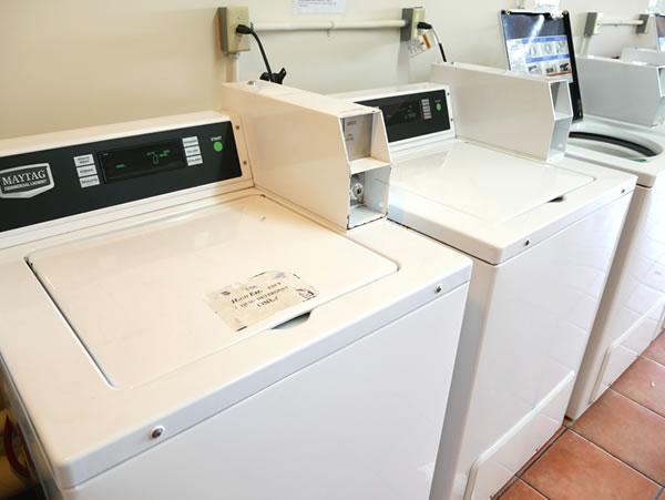 レオパレスグアムランドリールームの洗濯機