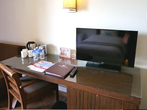 グアムプラザホテル デスクとテレビ